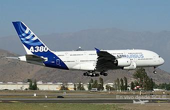 Airbus A380 llegada a FIDAE 2014 (RD)