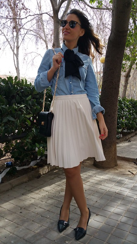 camisa vaquera, lazada negra, preppy, falda de tablas blancas, polipiel, zapatos de salón negros, denim shirt, black bow, white leatherette pleated skirt, black high heeled shoes, Zara, Stradivarius, Ralph Lauren, Ray - Ban, The Code