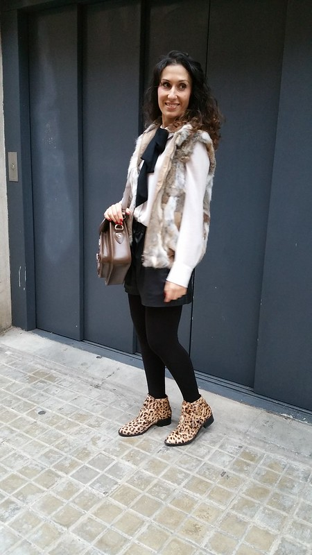chaleco de pelo, blusa blanca con lazada negra, shorts de polipiel negros, botines, animal print, fur vest, white blouse with black bow, black leatherette shorts, animal print booties, Mango, Aliexpress, Zara, Bimba & Lola,
