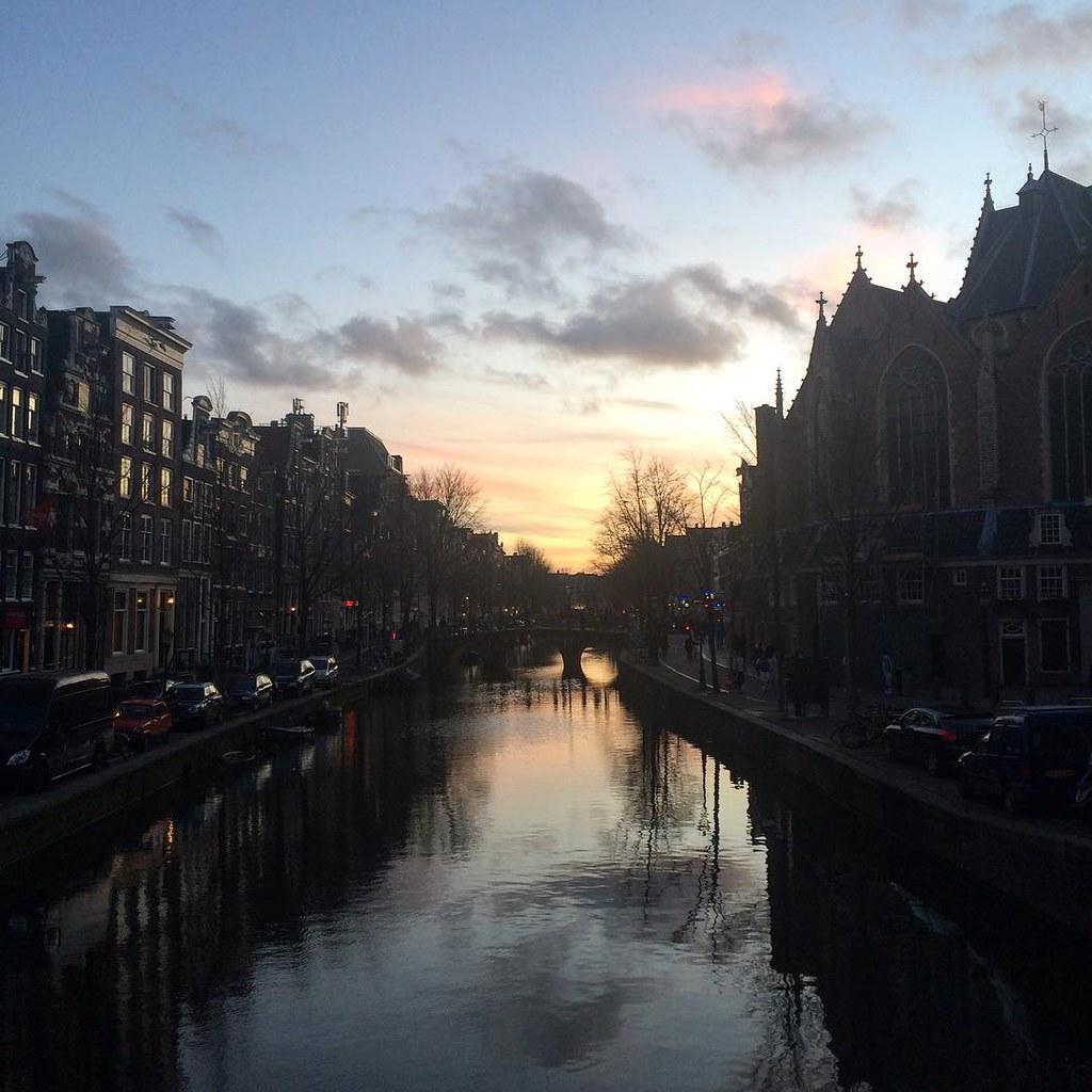 De avond valt over de Oudezijdse Voorburgwal #amsterdam