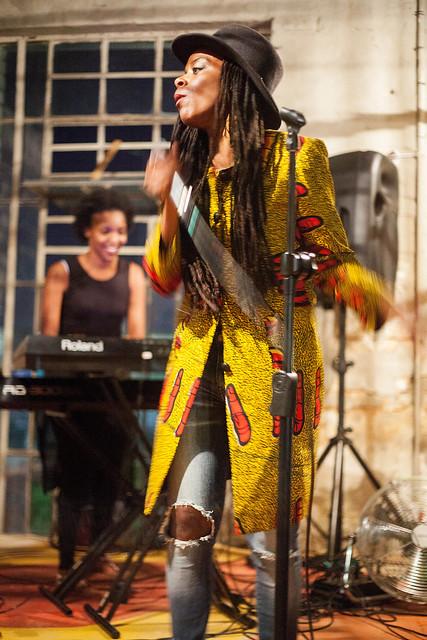 """Foto: Olad Aden  Mittwoch, 13. April 2016 - 19:00 – 22:00 Lesung, Performance und Konzert  Südafrikanische Gedichte werden zu deutschen Rap-Lyrics und deutsche Spoken Word-Verse fließen in südafrikanische Poesie und Hip Hop. In Workshops haben die Künstler_innen aus beiden Städten ihre Werke gemeinsam entwickelt. 1 Woche, 4 Veranstaltungen und 9 Künstler_innen bieten Einblicke in die Poesie-, Spoken Word- und Musikszenen von Johannesburg und Berlin und lassen neue Kreationen südafrikanischer und deutscher Wortakrobat_innen erleben.   Mit: •Vuyelwa Maluleke (Poesie/Performance Künstlerin, Südafrika) •Amewu (Hip Hop, Deutschland) •Thabiso """"Afurakan"""" Mohare (Poesie, Hip Hop, Südafrika) •Dalibor Markovic (Spoken word, Beatbox, Deutschland) •Lwazilubanzi Mthembu (Singer/Songwriter, Südafrika) •El Congo Allen (Trompete, Percussion, Kuba) •Charl Pierre Naudé (Poesie, Südafrika) •Yugen Blakrok (Hip Hop, Südafrika) •Mara Genschel (Poesie, Deutschland)  Eine Kooperation der Heinrich-Böll-Stiftung mit No Boundaries e.V."""