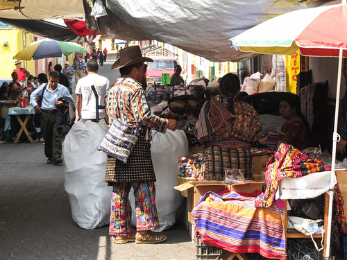 Chichicastenango: superbe habits, chaussures et sac traditionnels