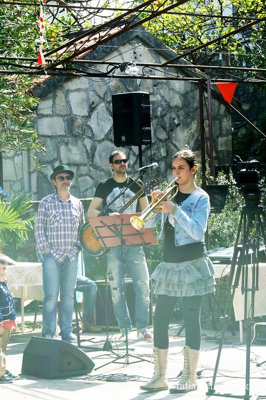 Николина Петричевич играет на трубе