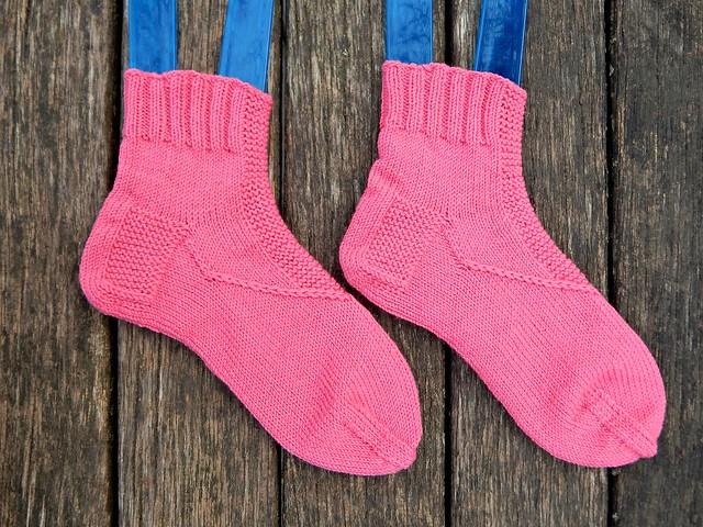 как связать носки из середины, чтобы использовать конструкцию сверху вниз и одновременно израсходовать моток пряжи до конца, как обычно в носках от мыска бывает | Хорошо.Громко.
