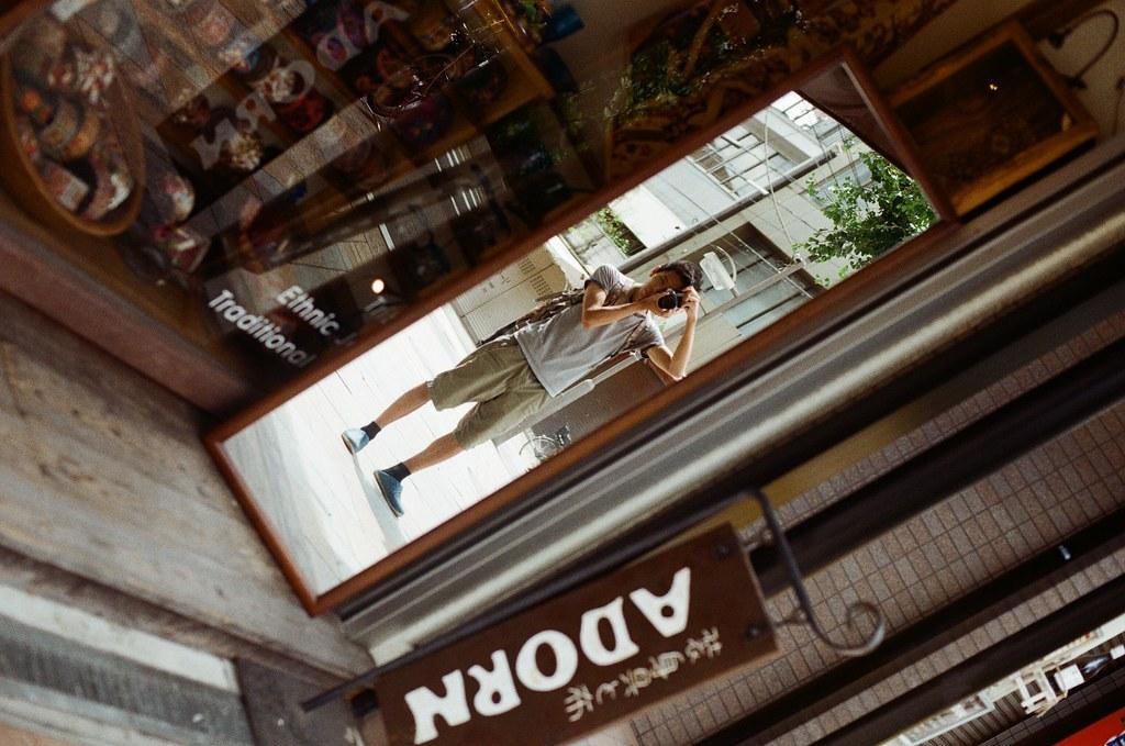 寺町通 京都 Kyoto / Kodak ColorPlus / Nikon FM2 2015/09/27 整理照片的時候發現我那時候在寺町通也拍了滿多街上騎腳踏車的路人,這裡街道不寬,兩旁都有看起來好像是歷史很久的店家,店家門面都很有特色。  我想起來了,那時候拍照有規定自己畫面中一定要有當地人入鏡,因為之前拍太多空無一人的畫面,畫面太過空寂。  Nikon FM2 Nikon AI Nikkor 50mm f/1.4S Kodak ColorPlus ISO200 0985-0026 Photo by Toomore