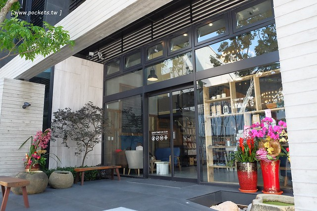 24437096504 de82e02de9 z - 【台中北屯】憲賣咖啡.熱河店:充滿現代感的舒適空間,樓中樓的挑高設計,餐點令人耳目一新,附立食區和外帶區,鄰近文心路諾貝爾書局