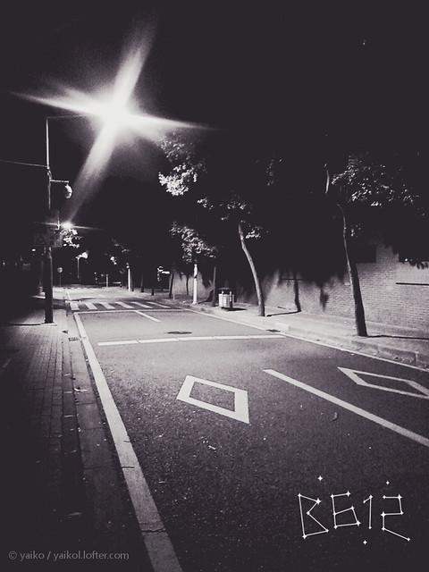 记得有个人说过他最喜欢就是深夜一两点时候的路 很安静 没有一点吵杂 可是这个人已经不在了呢 科科