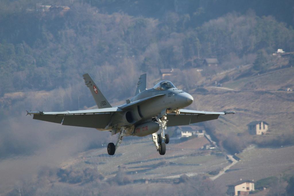 Aéroport - base aérienne de Sion (Suisse) 25204985123_ee57b39596_b