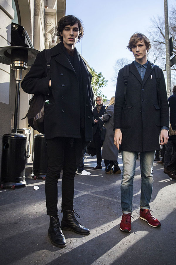 黒Pコート×黒スキニー×黒ブーツ&グレーチェスターコート×デニムシャツ×ジーンズ×エンジスニーカー