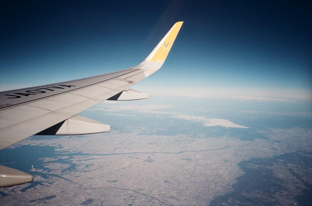 "Flyover Osaca / FUJICOLOR PRO 400H / Lomo LC-A+ 從東京飛回台灣的時候都會經過大阪,如果運氣好坐在右側窗戶就可以看到陸地,飛機剛好飛過京都、大阪,然後就會開始想著在京都走來走去的景象。飛過關西機場的時候就讚嘆一下這飄在海上的人工島!  大阪在我的旅遊天數裡面停留的好少,最主要我自己也沒有特別想要去大阪哪裡,但還有一件事情一直沒去完成,就是一定要去難波花月看一場吉本興業的搞笑劇!  雖然那時候去東京神田神保町也想去看,但似乎門票很快就搶購一空。  <a href=""https://goo.gl/maps/1CRvntyaY1w"" rel=""nofollow"">goo.gl/maps/1CRvntyaY1w</a>  Lomo LC-A+ FUJICOLOR PRO 400H 8277-0020 2016-02-07 ~ 2016-02-11 Photo by Toomore"
