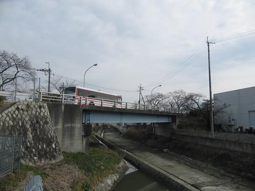京都競馬場の駐車場のバス