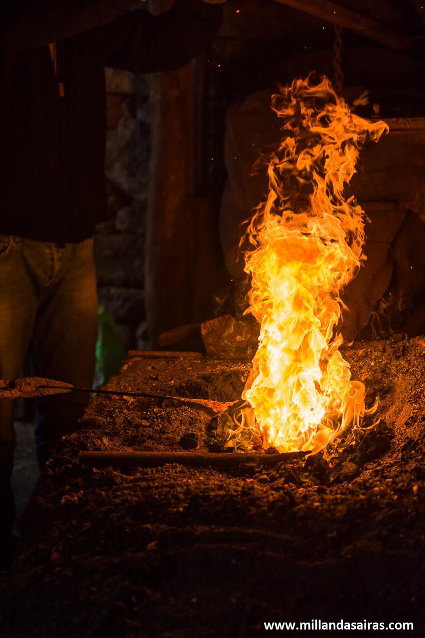 Extrayendo hierro incandescente de la fragua