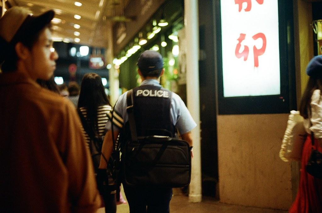 寺町通 京都 Kyoto 2015/09/26 在寺町通隨意逛了一下,那時候準備搭車回到住的地方,有點忘記有沒有又跑去 Book Off 找書,畢竟也過了有點久了,現在。  走到一半路上開始下起小雨,那時候去京都的前幾天都是這樣偶然下起小雨。  走著走著,自己也和雨一起落下,眼淚。  Nikon FM2 Nikon AI Nikkor 50mm f/1.4S Kodak ColorPlus ISO200 0985-0012 Photo by Toomore