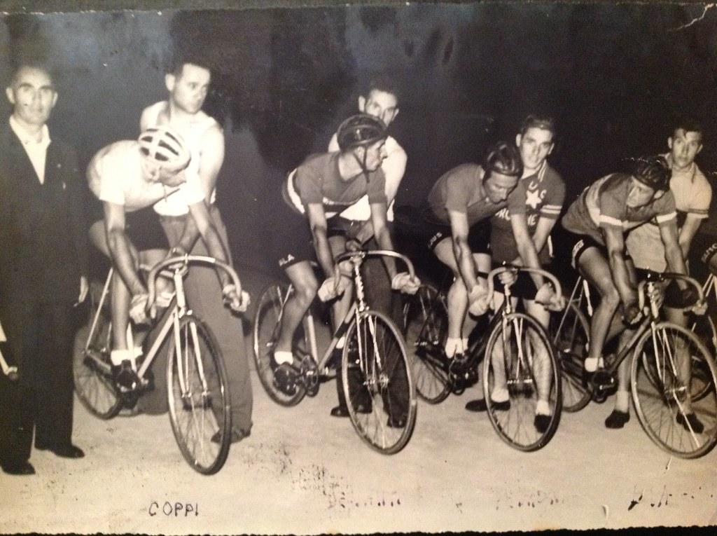 Pista di ciclismo di Bassano del Grappa. Mario Zamprogna (che aveva già corso) è il secondo da destra che trattiene un ciclista. Il primo a sx è il grande Fausto Coppi (foto gentilmente inviata dal figlio Giorgio)
