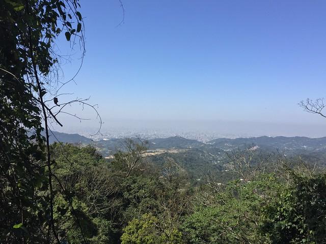 大坑步道眺望台中市區和台中市區上方灰色的空氣蓋子