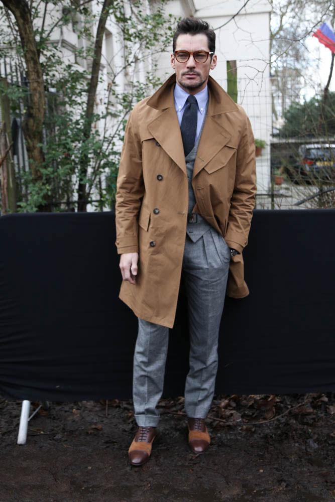 デヴィッド・ギャンディ キャメルトレンチコート×グレースラックス×ブラウン系コンビオックスフォードシューズ