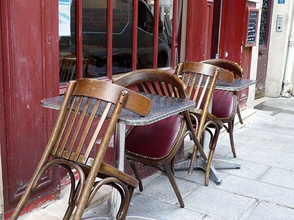 chaises renversées