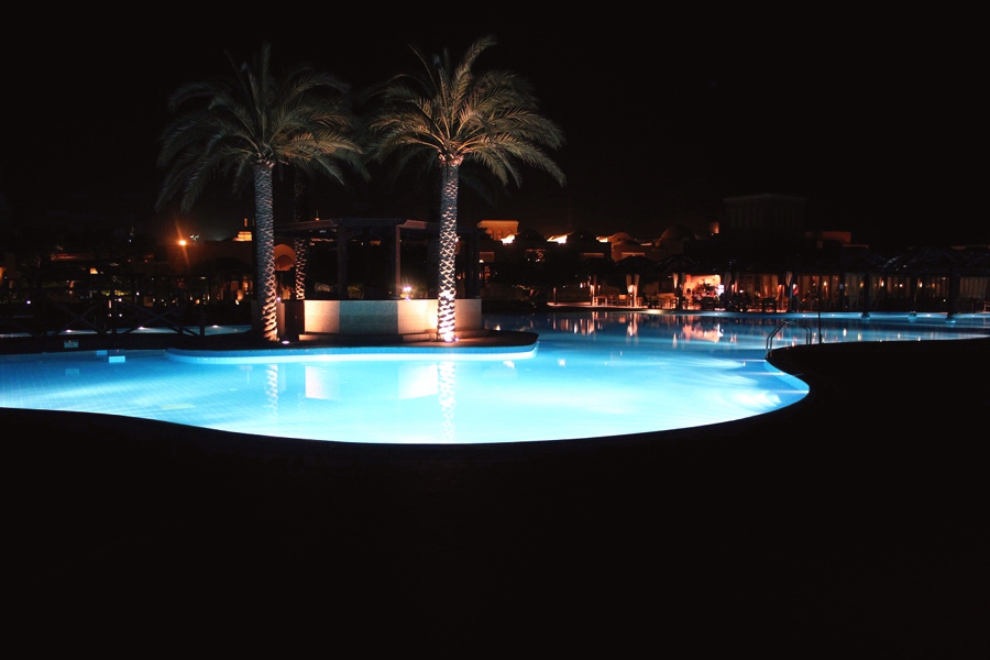 travel-dubai-pool-night-reise-sommerurlaub-last-minute-entspannung-blog-mondodellamoda