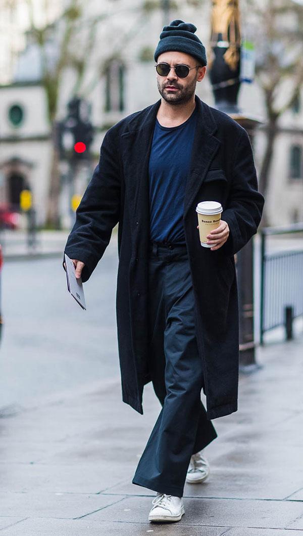 紺コーデ ニットキャップ×チェスターコート×Tシャツ×ワイドパンツ×白スニーカー