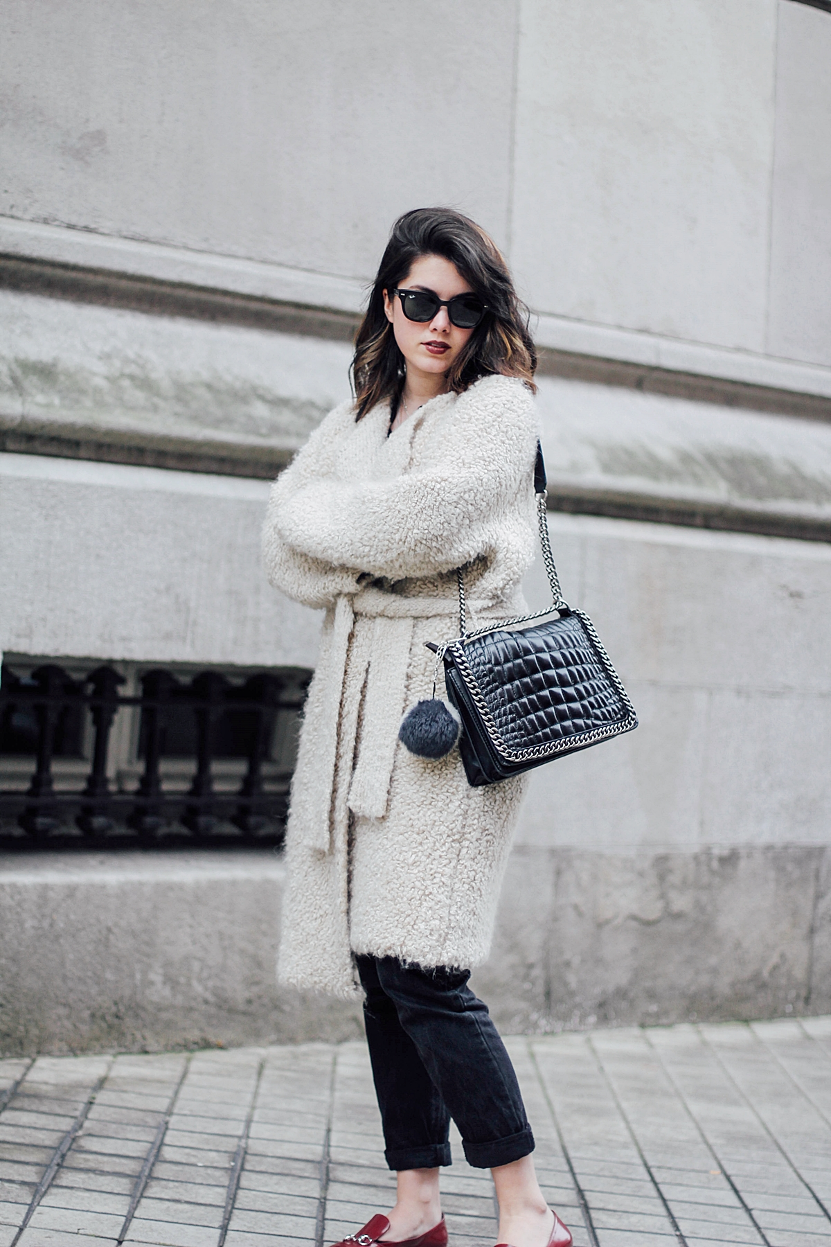 Beige_Cardigan_Uterqüe_cocodrile_shoulder_bag_zara_gucci_red_loafers_streetstyle