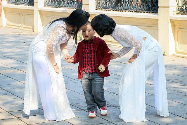 "Women wearing ""Ao Dai"" in Hanoi, Vietnam ハノイ、白アオザイ姿の女性たち"