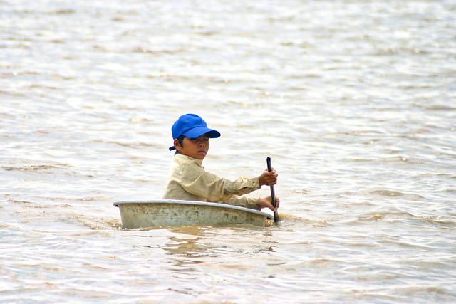 Child on improvised boat, Canon EOS DIGITAL REBEL, Canon EF 70-300mm f/4.5-5.6 DO IS USM