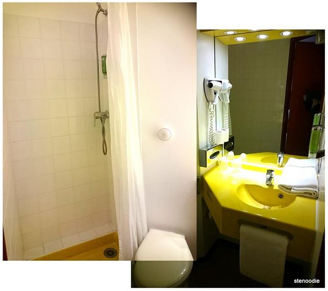Comfort Hotel CDG Airport hotel bathroom