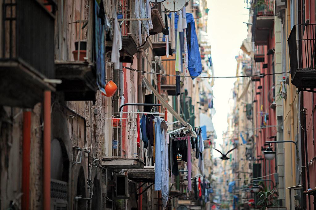 Balcons et ruelle des Quartiers Espagnols à Naples - Photo de Stròlic Furlàn - Davide Gabino