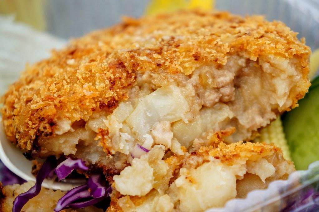 橫切面,裡頭有馬鈴薯和碎肉,趁熱吃頗不錯的,不油膩...底下生菜也算是解油膩的好物..