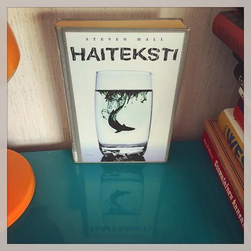 Tämä oli loistava. Ja aika creepy. Loppua makustelen vielä, en osannut muodostaa mielipidettäni. #kirjapäiväkirjat2016 #kirjat #reading #books #luettua #stevenhall #haiteksti #therawsharktexts