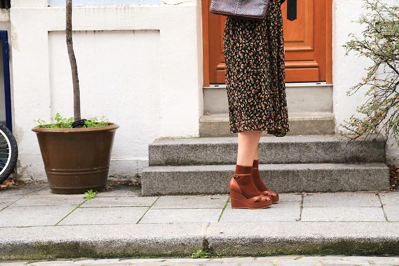 look style bohème robe imprimé fleuri et sandales ouvertes compenséés