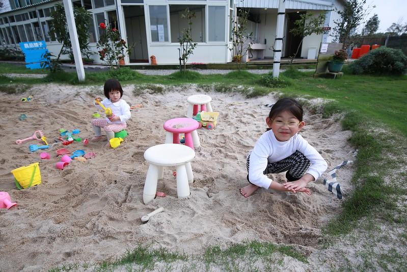 玩沙的寶妹