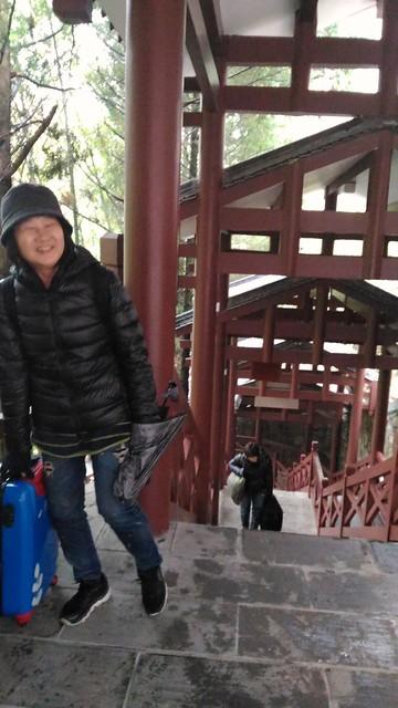 阿姐好強扛著行李爬上累死人的天子山索道樓梯