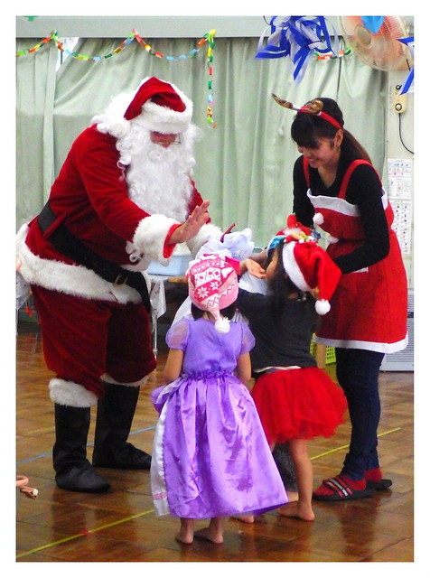 OLD SOBA... ER, SANTA CLAUS GIVING A HI-FIVE TO A COUPLE OF HIS LITTLE FANS on OKINAWA