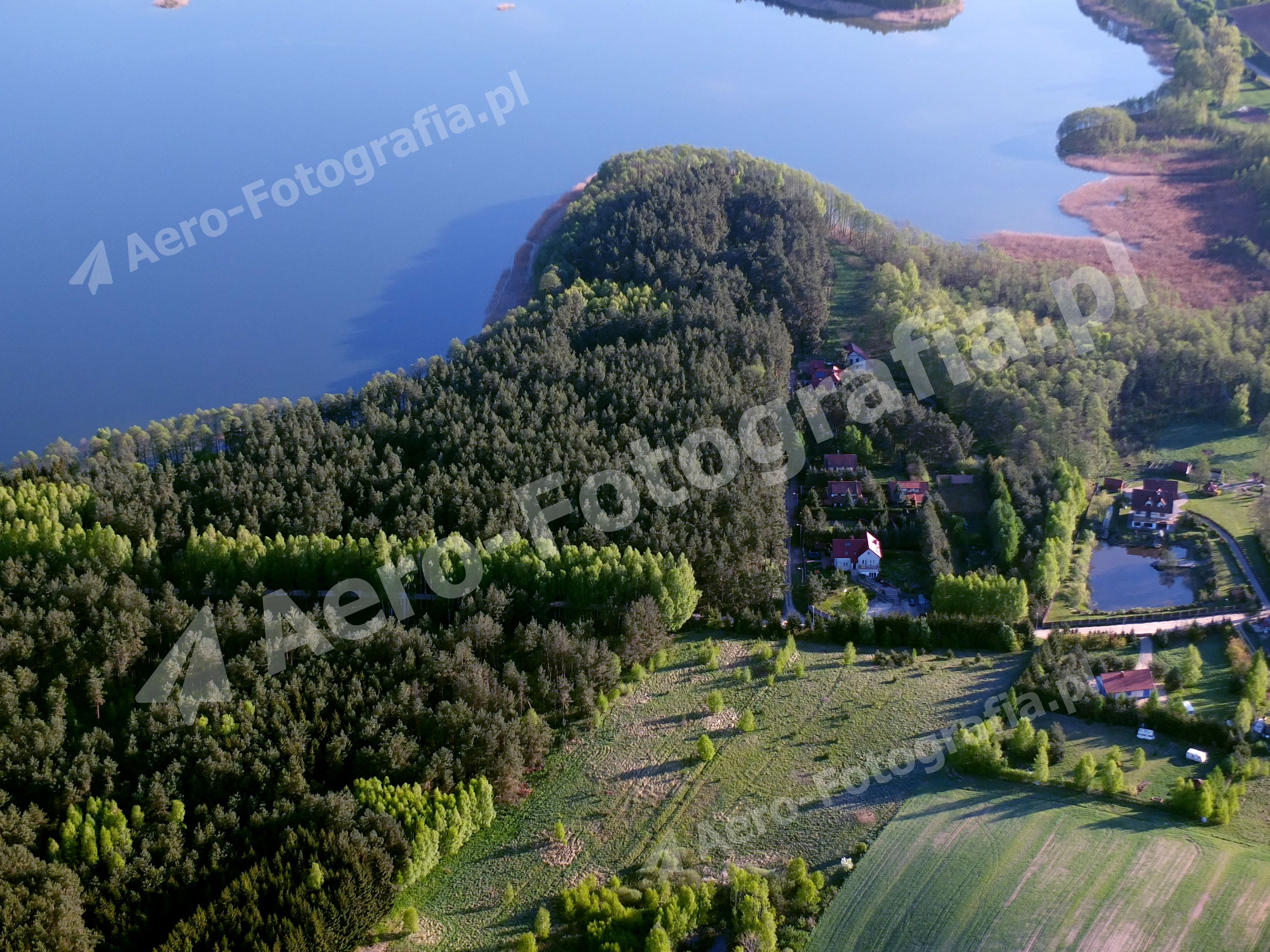 Domki letniskowe przy jeziorze Dgał Wielki, w miejscowości Pieczarki.