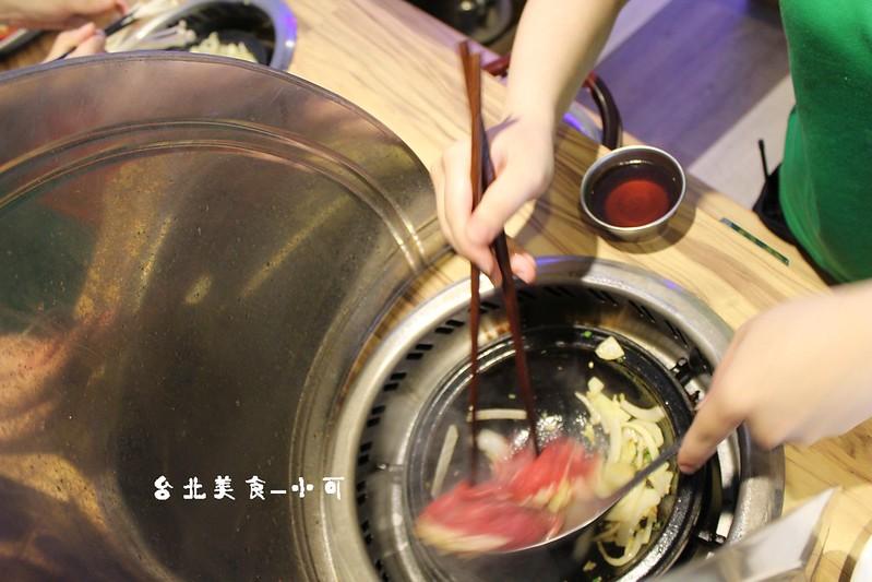 西門旺角石頭火鍋【台北西門町餐廳】旺角石頭火鍋(西門店),現點現炒的美味石頭火鍋,適合聚餐推薦!