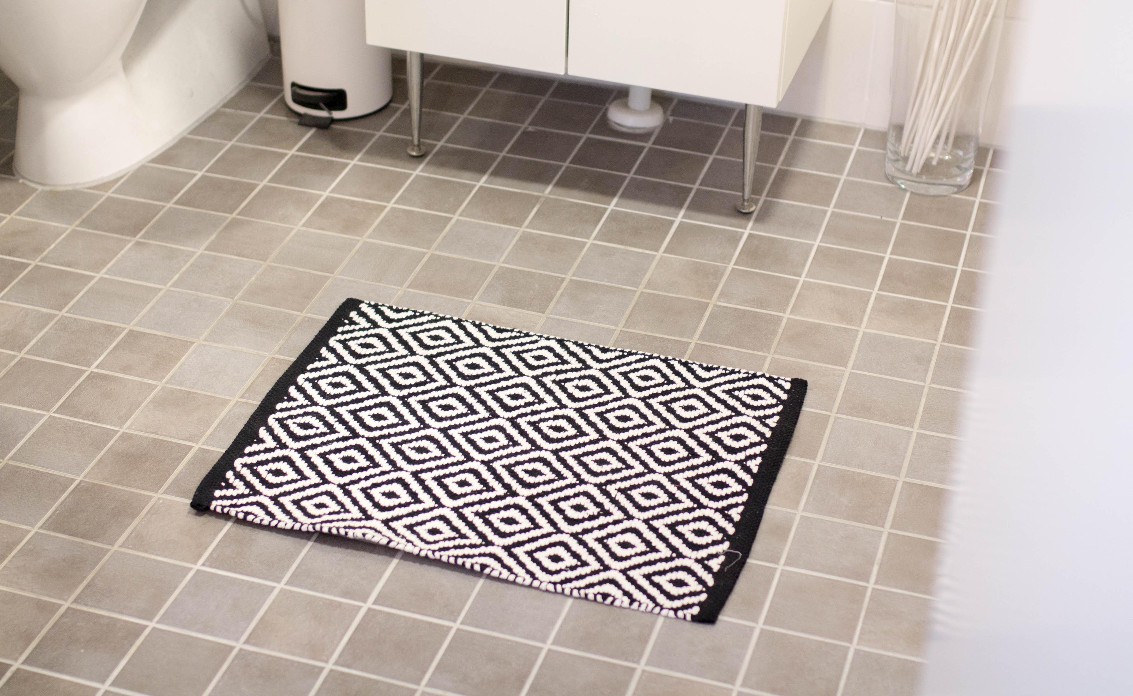 mustavalkoinen kylpyhuoneenmatto