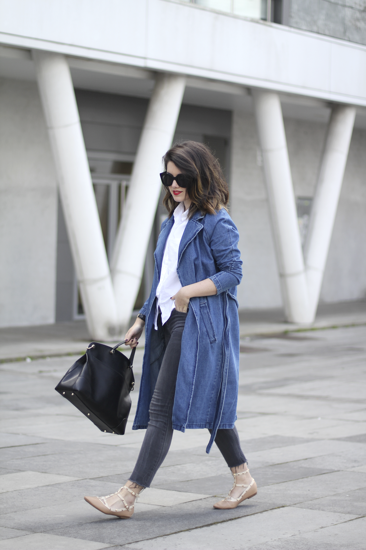 look with denim trench and piper furla streetstyle 7