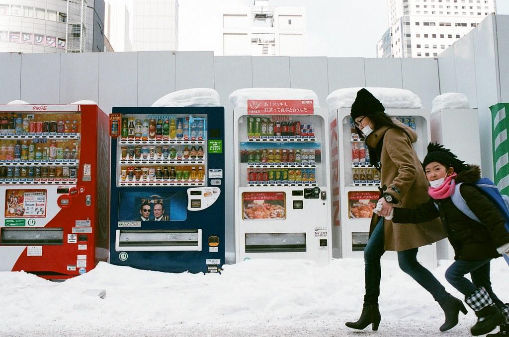 札幌 北海道 Sapporo, Japan / AGFA VISTAPlus / Nikon FM2 2016/01/31 從札幌車站南口出來後,往大通公園的方向走,那時候走在地面上,真的感覺到好冷,走了一段後有點受不了,看到有地下街的入口我就走下去底下取暖。  一路上走走拍拍,看看這裡的人怎樣在雪地上走路。  路邊的販賣機上頭都堆滿了雪,好特別!  (在我的畫面裡,請勿奔跑!)  Nikon FM2 Nikon AI AF Nikkor 35mm F/2D AGFA VISTAPlus ISO400 8264-0021 Photo by Toomore