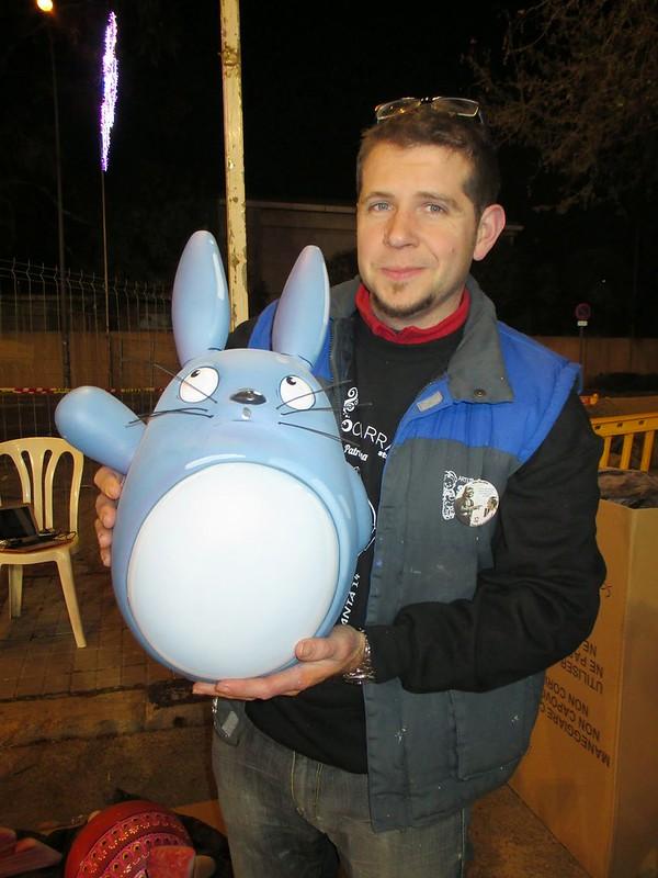 """Ramón Ángel con un """"ninot"""" de Totoro"""