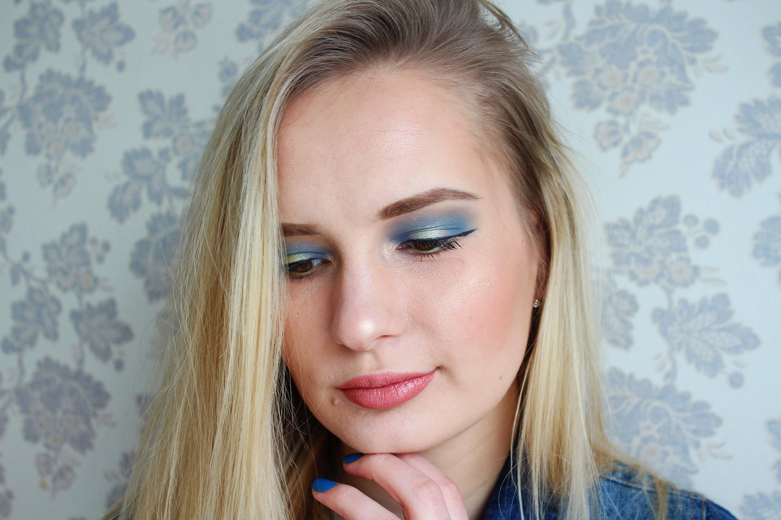 Denim blue eyeshadow makeup look