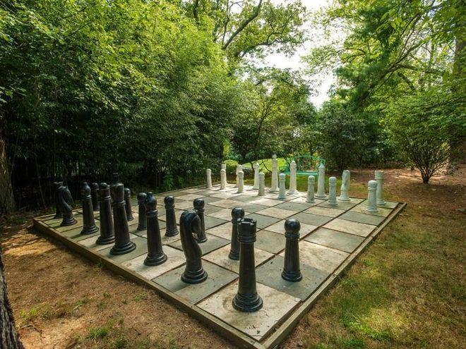 Большое шахматное поле на участке дома