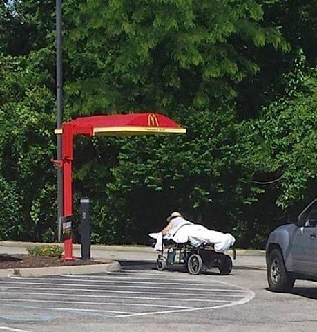 imagen graciosa de hombre entrando al McAuto