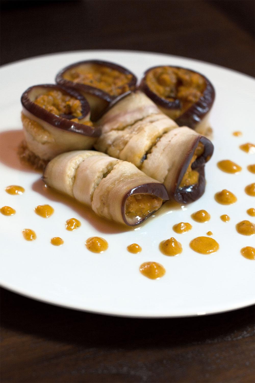Rollos de berenjena al vapor rellenos de puré de zanahoria y carne picada