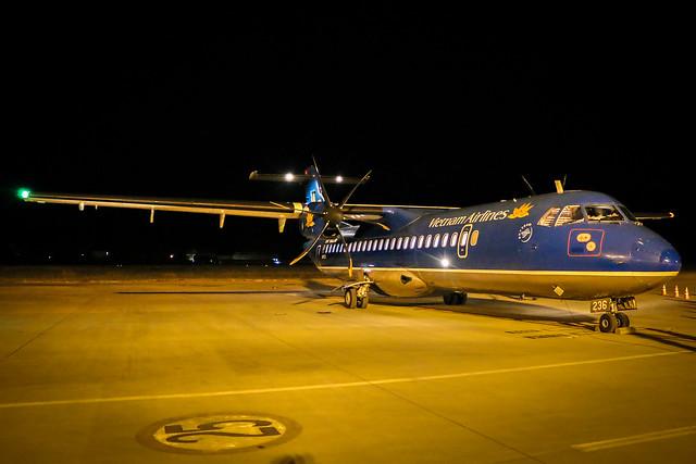 Vietnam Airlines aircraft at Luang Prabang International Airport, Laos ラオス、ルアンパバーン国際空港のベトナム航空プロペラ機
