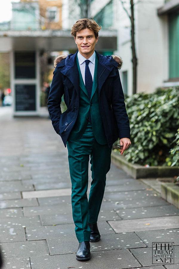 紺モッズコート×グリーンスーツ×紺ソリッドタイ×黒ブーツ