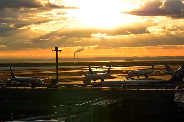 朝日を浴びて輝く飛行機の写真