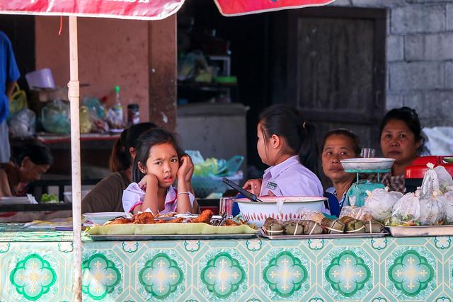 People at a local restaurant, Luang Prabang, Laos ルアンパバーン、ローカルなレストランの客たち