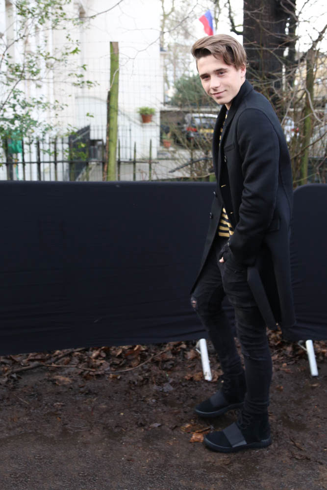 ブルックリン・ベッカム 黒チェスターコート×黒スキニーパンツ×adidas YEEZY BOOST黒