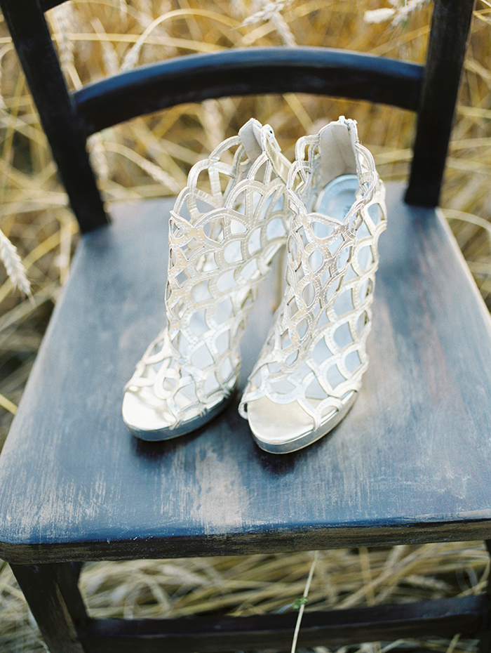 Silver wedding shoes | Photo by Igor Kovchegin | Fab Mood #weddingshoes
